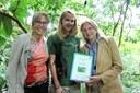 Direktorin Dr. Dagmar Schratter, Samantha Keller, die den verwaisten Flughund aufgezogen hat und seine Patin Karin Kneissl